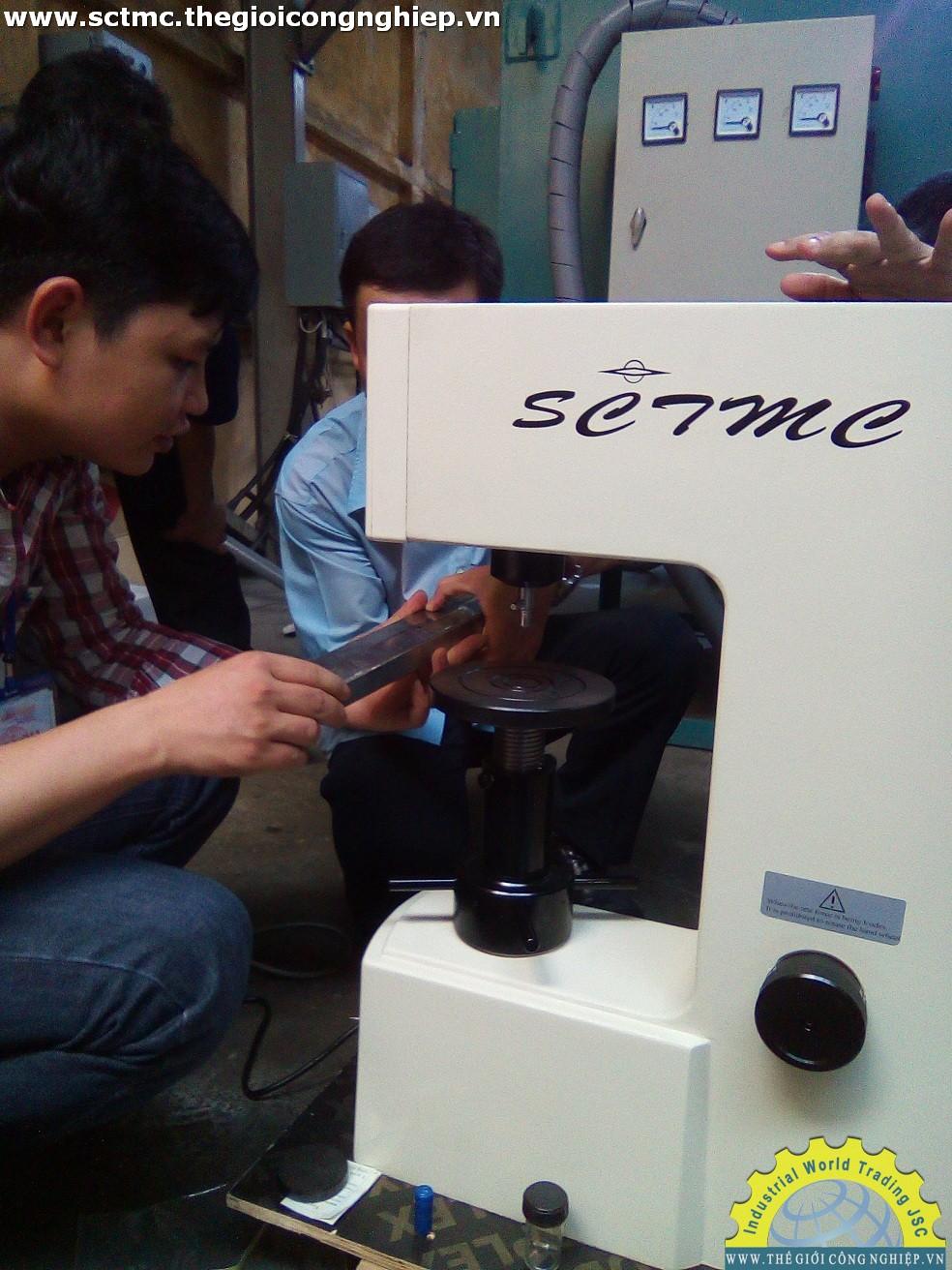 Bàn giao và hướng dẫn sử dụng máy đo độ cứng SCTMC cho khách hàng
